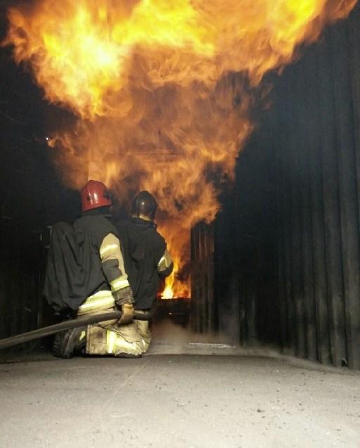 Ausbilder-vor-Flamme-Brandraum